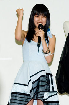 サッカー日本代表で好きな選手を訪ねられると、「川島選手!」と答えた真野。オリジナルドレス5着の中から水色のドレス(写真)を選んだ理由については、「今夜日本戦があるので、サムライブルーに近い色にしました」とのこと。