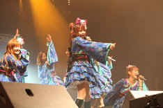 「JAPAN EXPO 2010」ライブステージの様子。熱気あふれるライブの模様は一部「ニコニコ生放送」にて生中継された。
