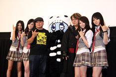 舞台挨拶にはSCANDALのマスコットキャラ、キャン太(写真中央)も登場。メンバー4人と並んだ京極夏彦(写真右から3人目)は「孫と並んでるみたい(笑)」と照れ笑いした。