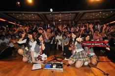 SCANDALのメンバーが空港に到着した際には約200人のファンが待ちかまえ、3度目の香港訪問を祝福した。