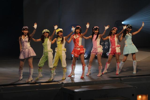 写真は「みんな集まれ! ドラゴンボール改ミーティング」の様子。左から小嶋陽菜、大島優子、高橋みなみ、前田敦子、渡辺麻友、板野友美、柏木由紀。