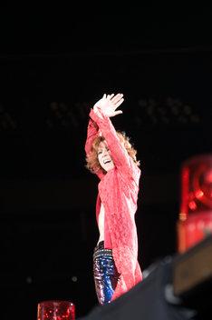 この日のYOSHIKIは終始笑顔。3時間にわたるライブが終わると床に倒れ込み、ToshIからペットボトルの水を大量にかけられるていた(写真は8月14日の公演より)。
