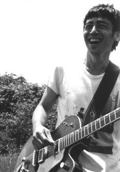 寺岡呼人はコンピ「Golden Circle」と同時に、およそ4年ぶりのソロアルバム「独立猿人」を発表する。