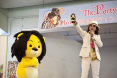 """「The Party」を携えての全国ツアー「Ken TOUR 2010 """"Hey! Join The Party""""」は10月5日からスタート。5会場9公演が予定されている(写真は左からラグベベちゃん、Ken)。"""