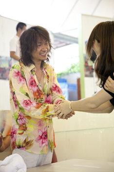 ファンとにこやかに握手を交わすKen。
