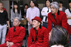 7月半ばに都内で行なわれたCM撮影中のひとコマ。坂本龍一(写真右)は揃いの衣装について「YMOのジャケットとかも、その時々で自分たちの制服があったので、その頃のことを思い出しますね」とコメント。