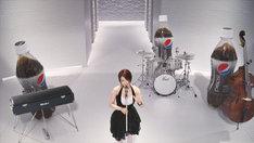 宇多田のバックで演奏しているのは、巨大ボトルによる「ペプシネックス」ビッグボトルバンド。