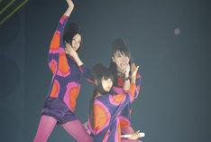 この日のPerfumeは5種類の衣装で観客の目を釘付けに(左からのっち、かしゆか、あ~ちゃん)。