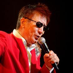 やしきたかじんは1976年にシングル「ゆめいらんかね」でシンガーソングライターとしてデビュー。現在は関西のテレビ番組に欠かせない人気タレントとしても活躍中だ。