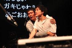 怒りをあらわにするの子(右)とそれを制止する劔樹人マネージャー(左)。(Photo by 平沼久奈)