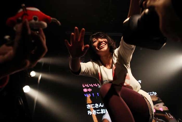 アンコール代わりに登場し、観客にお礼を述べるみさこ。(Photo by 平沼久奈)