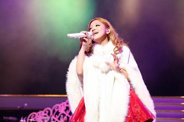 ライブのオープニング、白いコートでプレゼントの箱から飛び出した西野カナ。