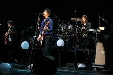 昨日12月6日に結成10周年を迎え、地元山梨でアニバーサリーライブを開催したレミオロメン。写真はライブの模様。