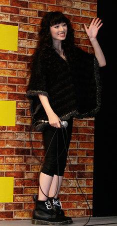 昨日12月19日の「ジャンプフェスタ2011」に登場した栗山千明。