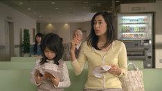木村多江は子育てを一段落させ、医療事務の仕事を目指す主婦に扮する。