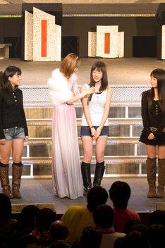 第9期メンバーオーディションを勝ち抜いた鈴木香音(写真左端)、生田衣梨奈(写真右から2番目)、鞘師里保(写真右端)。