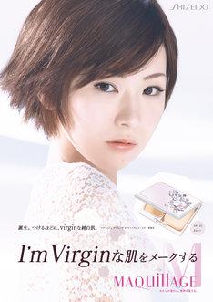 椎名林檎がモデルを務める「マキアージュ」の新商品「ライティング ホワイトパウダリー UV」ポスター。