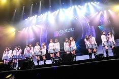 「桜の木になろう」を歌唱するAKB48。