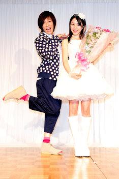 吉川友(写真右)の晴れ舞台に、花束を持って登場したKABA.ちゃん(左)。