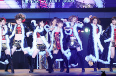 「LOVEマシーン」はオリジナルのダンスを手がけた夏まゆみの指導で、当時と同じ振り付けが再現された。