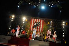 オープニングの衣装は武道館公演用に新調されたもの。バイト君(写真左から2番目)は「楳図かずお」と呼ばれていた。(Photo by 緒車寿一)