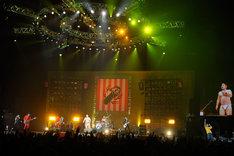 「Over 30 Do The 魂」を演奏するグループ魂。港カヲル(写真左から4番目)のヒモパン姿がまぶしい。(Photo by 緒車寿一)