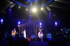 「べろべろ」を演奏するグループ魂。この曲で、武道館はこの日一番の感動に包まれた。(Photo by 緒車寿一)