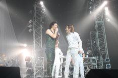 写真は武道館ライブで競演を果たした小室哲哉(写真右)とKREVA(写真左)。