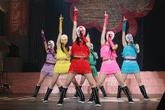 第1部「ももクロ☆オールスターズ2011」冒頭、マスク姿で「ピンキージョーンズ」を熱唱するももいろクローバーの6人。