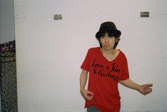 "「Love & Peace & Guitar」Tシャツを身に着けた仲井戸""CHABO""麗市。"