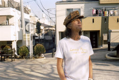 「Love & Peace and ... How?」Tシャツを身に着けたChar。