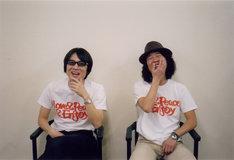 「Love & Peace & Enjoy」Tシャツを身に着けた真心ブラザーズ。