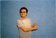 「LOVE & PEACE & CARP」Tシャツを身に着けた奥田民生。