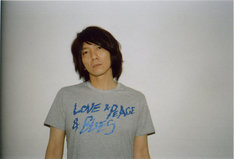 「LOVE & PEACE & BLUES」Tシャツを身に着けた吉井和哉。