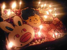 高見沢俊彦、堂本剛、高橋みなみをイメージした絵柄が描かかれているバースデーケーキ。
