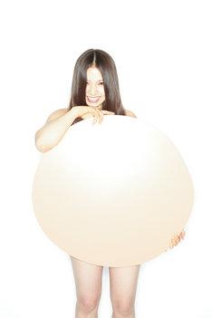 阿部真央は5月18日にリリースする両A面シングルから「モットー。」を披露。