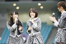 ソロデビューを発表した前田敦子(写真中央)。
