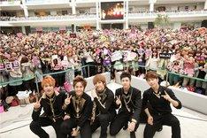 会場に集まったファンと記念撮影するMBLAQのメンバー。