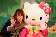 ショー終了後、キティと笑顔で撮影に応じた西川貴教。
