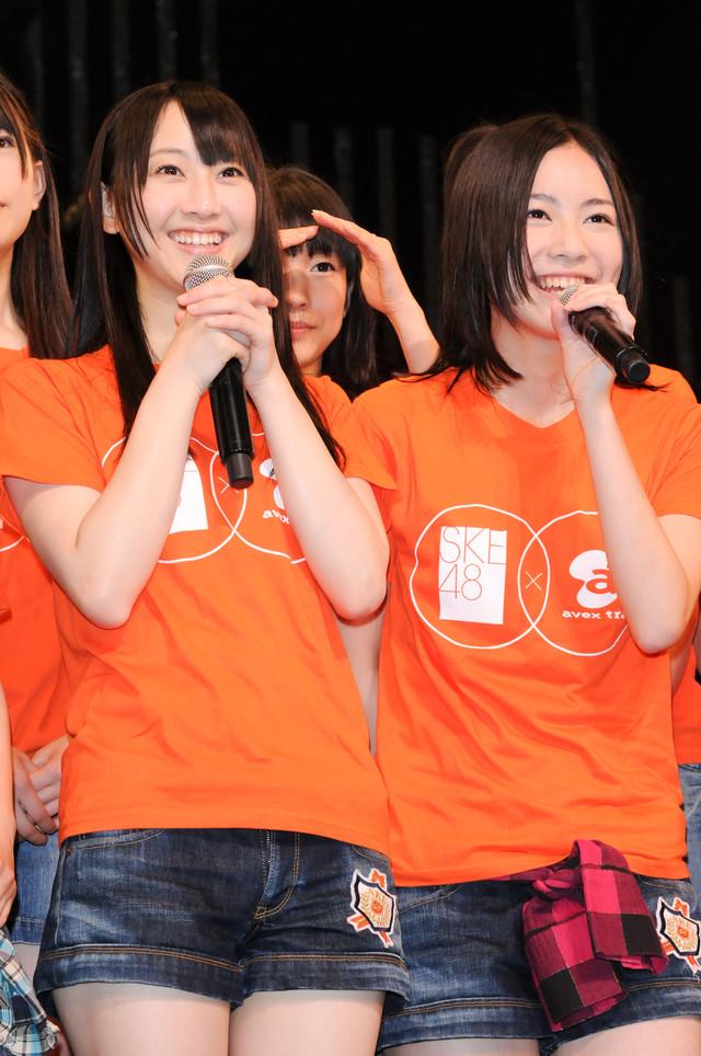 写真左から松井玲奈、松井珠理奈。TシャツにはSKE48とエイベックスのロゴが入っている。