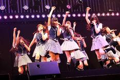 「絶滅黒髪少女」を披露するNMB48。