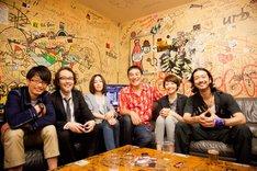 笑顔で記念撮影する「モテキ」俳優陣。左から森山未來、リリー・フランキー、麻生久美子、ピエール瀧、長澤まさみ、金子ノブアキ。