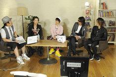 「ニコニコ生放送」でトークを展開するL'Arc-en-Cielの4人とMCの古坂大魔王。