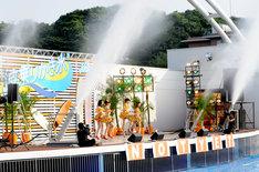「波乗りかき氷」の歌い出しでは、ステージからの放水も実施。