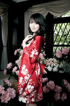 水樹奈々が8月3日にシングルリリースする新曲「純潔パラドックス」は、CLAMPが制作に携わった新作アニメ「BLOOD-C」のエンディングテーマ。