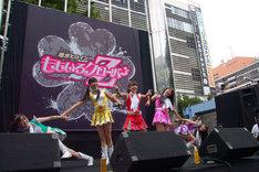 """新宿のど真ん中で""""扇""""を決めたももいろクローバーZ。"""