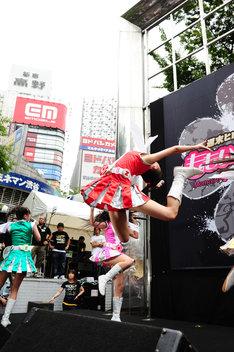 新宿のど真ん中でえびぞりジャンプを決めた百田夏菜子。