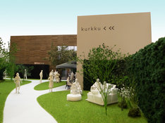 「代々木VILLAGE by kurkku」内にオープンする「code kurkku」の模型。店舗手前の芝生はフリースペースで、code kurkkuの来店者以外でも利用できるソファなどが置かれる予定だ。