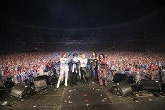 ライブ終了後に観客とXポーズを決めるX JAPANの5人。なおX JAPANは「a-nation」の出演料全額を復興チャリティに寄付することを発表している。