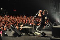 ライブのエンディングでは観客に向かい、「次に会うときまで、何があってもくたばんなよ!」と絶叫したJ。